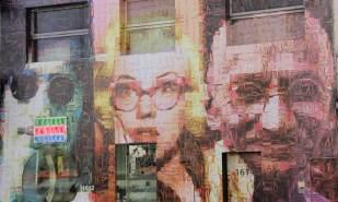 Fachada da loja de óculos, feita de mini fotos de óculos